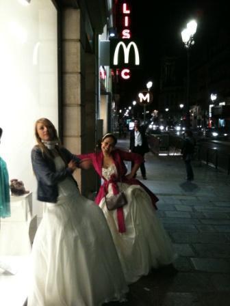 Les mariés du Wedding Debriefing devant le MacDO