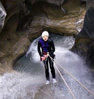 Lily fait du canyoning